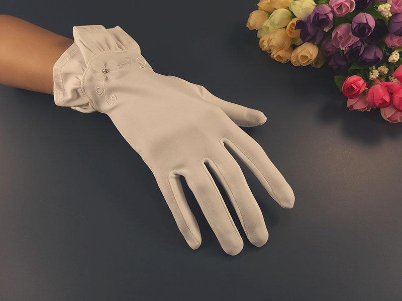 Белые короткие перчатки с рюшей