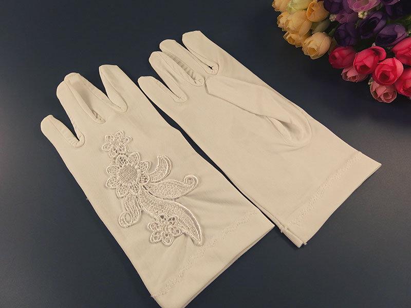 Белые короткие перчатки с аппликацией